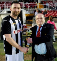 Aidan O'Connell receiving the Garry McCarthy sponsored Man of the Match award from Henry Healy, Cork AUL